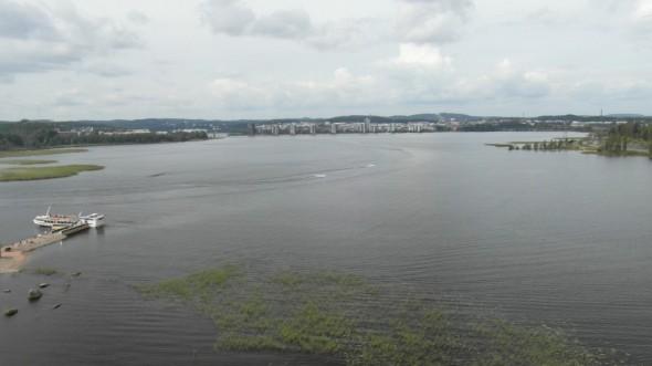 """Kyllä on näkymät kohdillaan! Myös vastarannalla Jyväskylän keskustassa on osattu rakentaa hienosti vesirajaan, eli Jyväskylä on erittäin merellinen kaupunki! (kun itse olen syntynyt länsirannikolle, niin en keksi """"merellinen"""" -sanalle mitään kunnon vastinetta, jos meren tilalla onkin järvi? Olisiko se järvinen kaupunki? Ei kuulosta hyvältä ja ymmärryskin katoaa...?)"""