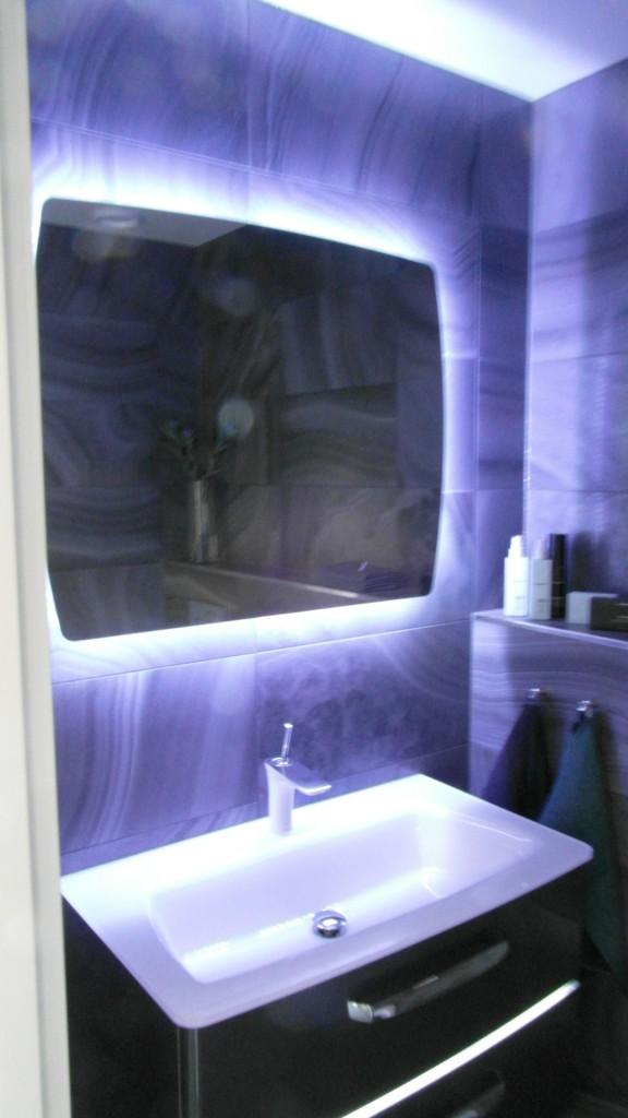 Peilin takana oleva LED-nauha ja laattavalinta sopivat hyvin yhteen.