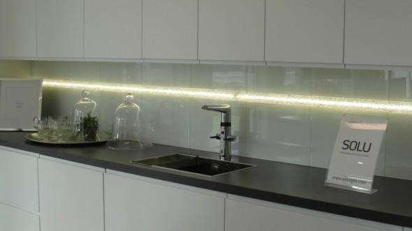 Soluvalo ja enää ei LED-nauha (vai mikä valo siellä sisällä on?) häikäise silmiin. Uskon että tämä ratkaisu tulee vielä yleisesti käyttöön, ja nyt ei enää tarvitse rakentaa jumalatonta kirkkovenettä kattoon vain siksi että sinne pohjalle on liimattu LED-nauha (ja on haluttu epäsuoraa valoa).