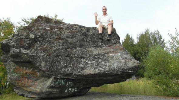 Takaisin palatessa piti vielä poiketa Onkiniemen kivellä, eli se keikkuva kivi Lusin jälkeen kallion päällä sen jälkeen, kun Lahden suunnasta tultaessa on käännetty Jyväskylään päin.