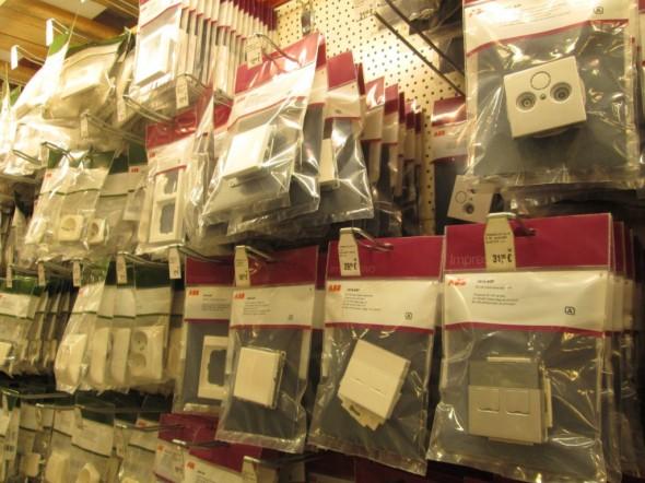 Sähkötarvikeostoksilla Vantaan Bauhausissa ja K-rauta 75:ssä. K-raudan asiakaskortilla saa sen verran alennusta, että sen jälkeen tuotteen hinta on euron tarkkuudella ihan sama kuin mitä on Bauhausin hyllynreunahinta.