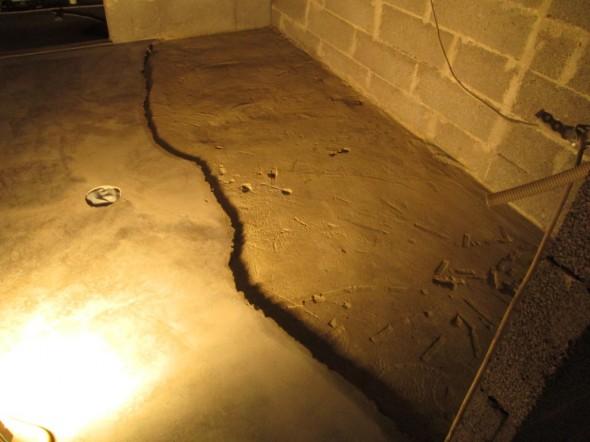 Kodinhoitohuoneen lattia hetki sitten. Kopot kohdat on piikattu pois.