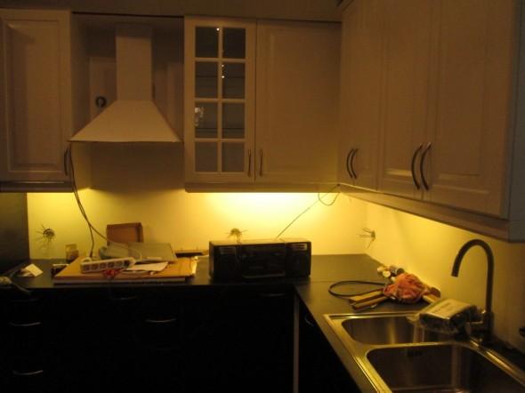Keittiön työtason valot lähempää. Ei tämä valaistus kovinkaan hyvin raksakameralla tallennu, mutta jos joku sattuu poikkeamaan paikan päälle, niin omin silmin näkee paljon paremmin.