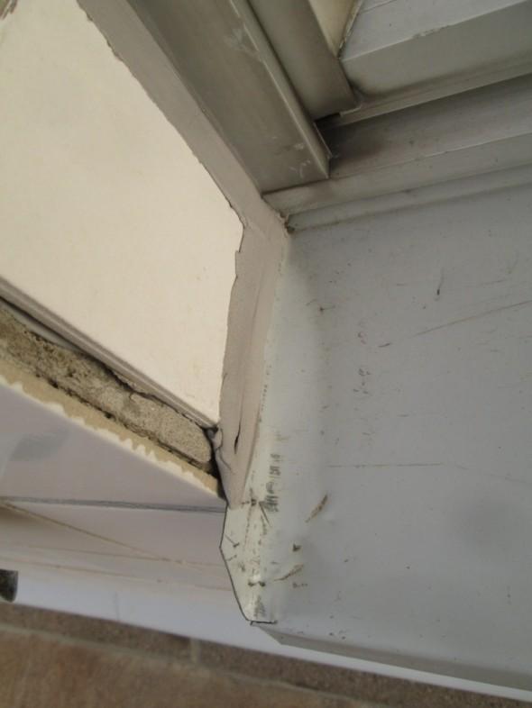 Ikkunapellitykset voi tehdä esim. näin että pelti jää reunojen sisäpuolelle, ja sitten pellin yläreunaan vedetään suunnilleen samalla värisävyllä jotain silikonia, kittiä tms. joka estää veden pääsyn pellin alle. Tässä vaihtoehdossa on tosin pari pientä puutetta, ensinnäkin se, että silikoni tai kittikerros voi aikojen saatossa antaa periksi, jolloin vesi valuu ikkunapellin alle. Toinen ongelma on ulkonäkö, mutta se on loppujen lopuksi vain kosmeettinen asia eikö vain? Ja laastin voisi tietysti siistimminkin levittää jos omaa riittävän pienen etusormen pään, jolla sen sitten tasoittaa. Tämä ikkuna löytyy Vantaan Tikkurilasta.