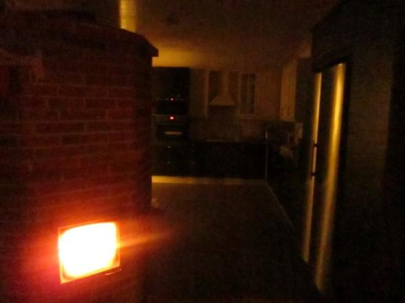 Ketittiötä iltaisella takkatulen ja LED-valoissa. Takkatulesta kamera vähän sokaistui.