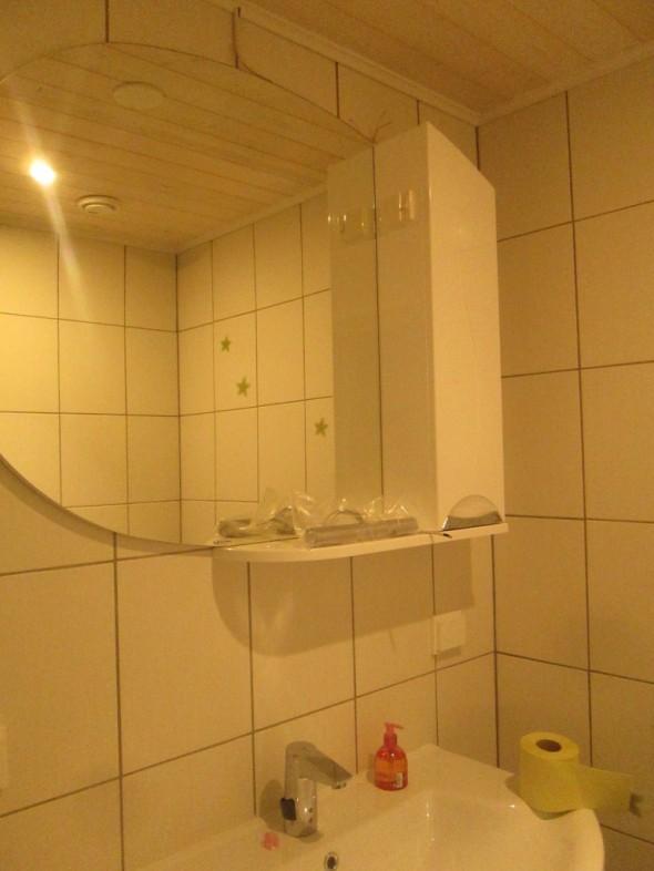 WC-tiloissa mm. WC-paperirullatelineet on vielä kiinnittämättä, ja ostamatta - eli seuraavaksi sitten kauppaan etsimään mm. sellaisia.