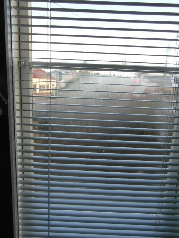 Peräkamarin ikkuna pohjoisen suuntaan huurussa puoliväliin asti. Huuru on ulkolasin ulkopinnassa.
