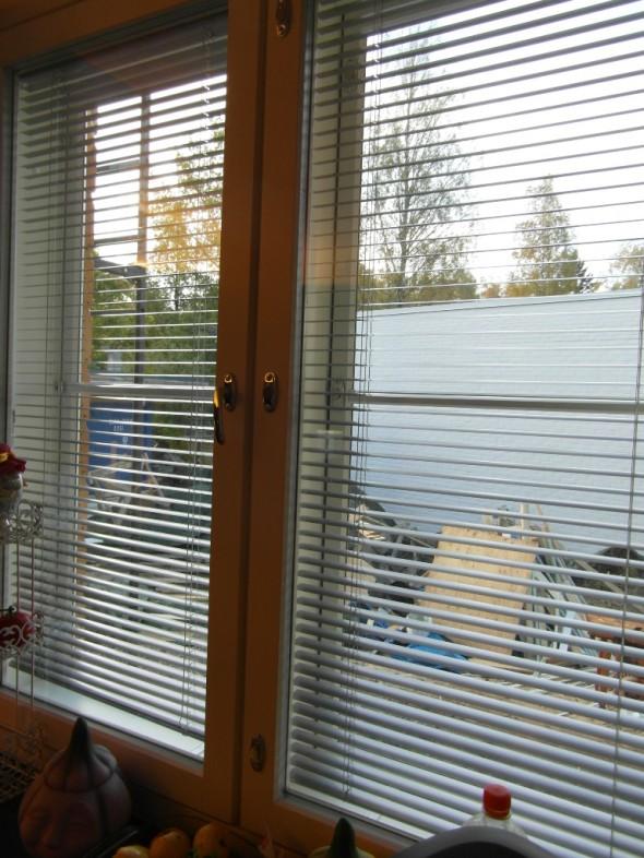 Keittiön ikkuna etelään täysin huurtumaton (taustalla näkyy sikin sokin oleva takapiha joka jäi työmaa-alueeksi).