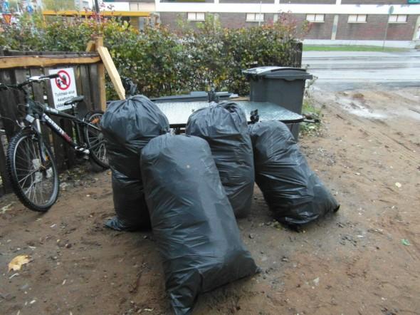 Villapussit oli säkitetty siististi. Ne kelpaavat kotitalousjätteeksi, tai vaihtoehtoisesti Eko-Expert vie ne pois ja veloittaa jätemaksut.