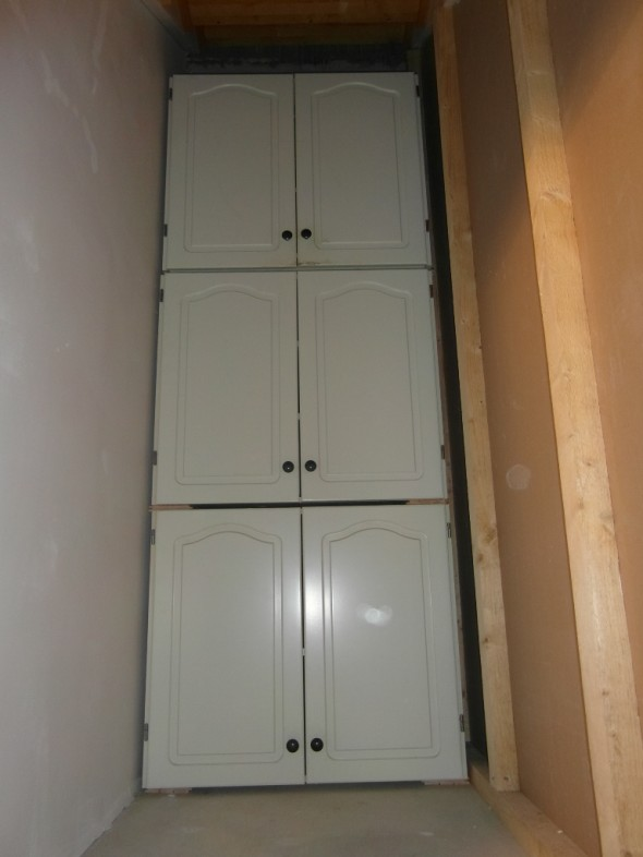 Keittiön yläkaapit vuosimallia 1984. Kaappien leveys on 80cm, rappujen leveys on muutaman sentin suurempi. Kaappiparin korkeus on 70cm, joten yhteensä kaapistolla on korkeutta 210cm.