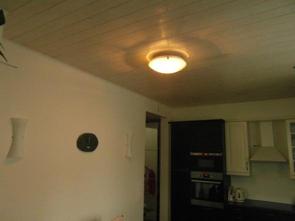 Vanhan keittiön lamppu, jota ei koskaan käytetä (paitsi demonstraationa kun näyttää jollekin miten eri valotilat muuttaa koko yleisvaikutelmaa). Kuitenkin jos oltaisiin edetty jotain 80-lukua, niin tällainen meidän keittiöstä olisi silloin tullut, siihen aikaan tapana oli laittaa kattoon hehkulampulla yksi keittiön lamppu, ja tiskipöydän päälle esim. 2-osaiset kupuvalaisimet, niin ikään hehkulampulla toteutettuna. Jossain vaiheessa toki siirryttiin käyttämään myös loisteputkia sekä katossa että varsinkin työtasojen päällä. Yleisvaikutelma tässä valaistuksessa on kuitenkin äärimmäisen vaisu siihen verrattuna mitä LED:llä ja halogen-valaisimilla voi saavuttaa.