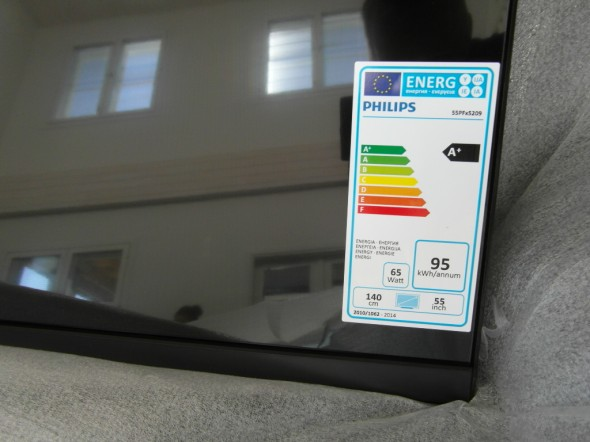Tarran mukaan 55-tuumainen TV käyttää 65 wattia sähköä ja tarrassa olevan käyttöaikalaskelman mukaan vuosikulutus olisi 95 kWh (laskelma siis olettaa, että TV on päällä 4h vuoden jokaisena päivänä).