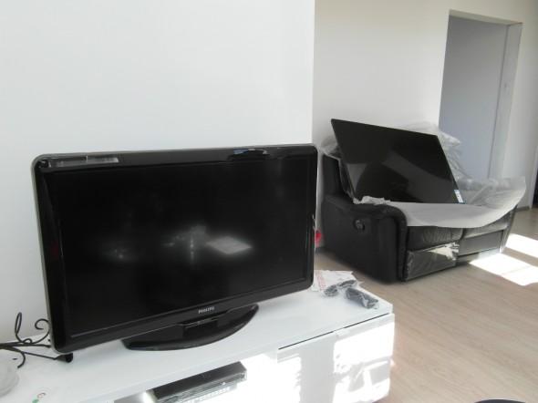 Etualalla vanha 42-tuumainen, taustalla ja kauempana uusi TV. Etäisyyseroista johtuen kokoa ei voi tässä kuvassa verrata, mutta toisessa siis vinottaishalkaisija 105cm ja toisessa 140cm. Philipsejä molemmat.