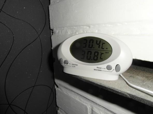 Saunomisen jälkeen yläkerran makuuhuoneen katonrajassa tiilipiipun pintalämpötila on pikkuisen yli +30C. Samaan aikaan huonelämpötila on +22C.
