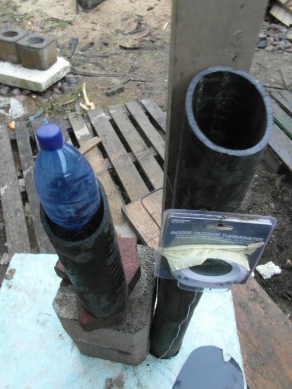 Salaojaputken lyhentämistä sopivan mittaiseksi ja sopivan kokoisen pullon etsintää. Lidl:n pullo osoittautui parhaaksi.