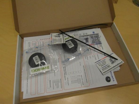 Tarvikkeet ja paperit pakkauksen sisällä.