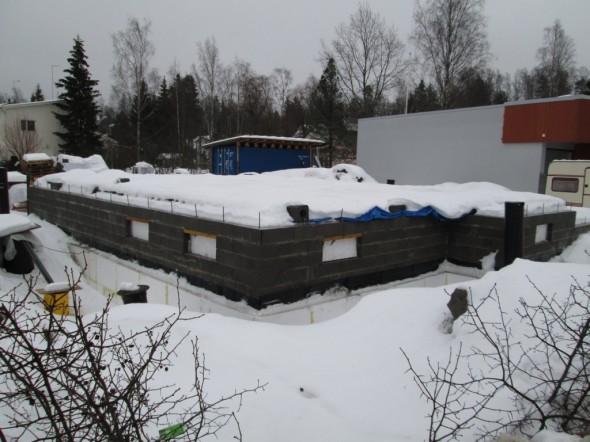 31.12.2012 kellari valmiina ja peitetty pressuilla. Rakentaminen talvitauolla joulukuulta juhannukseen 2013 asti. Sillä välin käytiin metsässä kaatamassa tukkipuut.