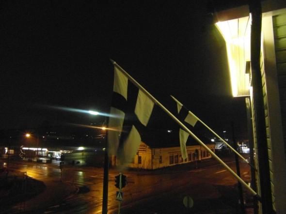 Liput salossa ensimmäistä kertaa 6.12.2014. Näkymät yläkerran etelän parvekkeelta aamulla klo 8:00.