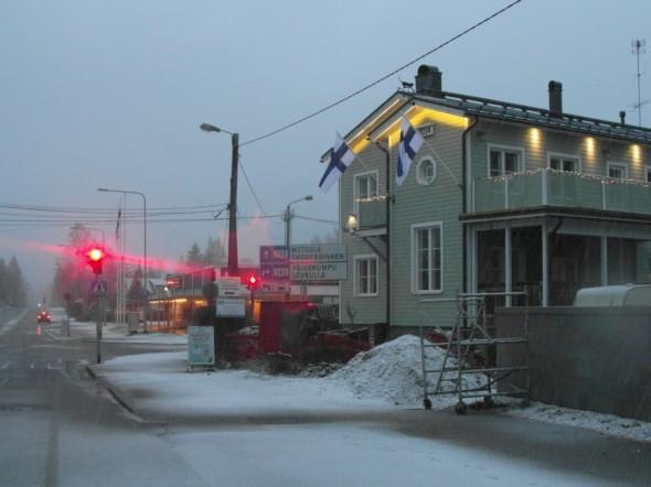6.12.2014 klo 9:00 alkoi sataa lunta. Kolmannen kerran tänä talvena, sillä marraskuussa tuli jo kahtena kertana vähän. Samaan aikaan lämpötila lentokentän mittarissa +1C.