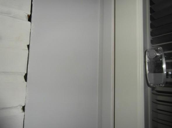Lämpimien kohteiden lähellä lämpötilavaihtelut ovat suurimmat. Oikealla oleva mittari on pikkuterassin ovessa, joka samalla on noin 30cm päässä tiilipiipusta, joka lämpeää samalla jos kellarin saunan pesässä tai takkahuoneen takassa on tuli. Nyt mittarissa 20,5C, vuorokauden minimi on ollut 20,0C ja maksimi 22,0C.
