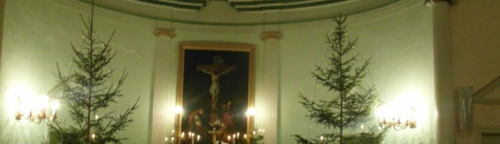 Eläviä kynttilöitä joulukirkossa.