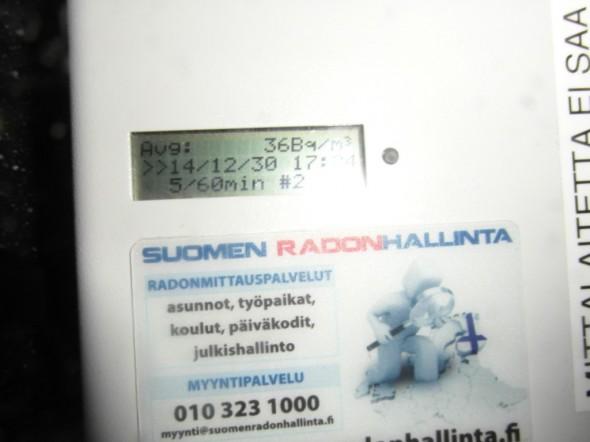 Tietokoneen näyttöruutu lähempää. Ruudulla olevat tekstit vuorottelevat, tässä näytöllä päiväys ja kellonaika, välillä tulee mm. lämpötilatiedot yms.