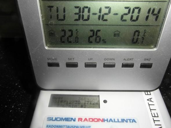 Oma mittari tietokoneen päällä. Tietokoneen ruudussa radonin määrä tällä hetkellä 36Bq/m3 ilmastoinnin toimiessa normaalilla nopeudella.
