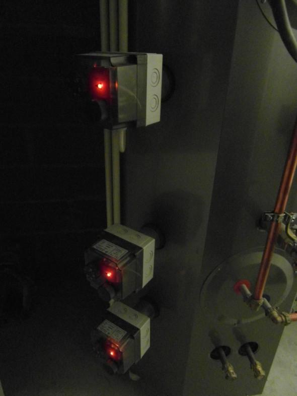 Lämpötilat talossa joulun pyhien jälkeen +14C -> +16C. Taloa lämpimäksi laittaa tässä 3x 6kWh vastukset 500 litran Jäspi -varaajan kyljessä. Ensimmäisten 12h kotona olon aikana sähköä käytettiin 28-29.12. välisenä yönä yhteensä 181,49 kWh eli noin 15 kWh tuntia kohden. Lattialämmityksen menoveden lämpötila oli +40C ja paluu +26C. Lattia tuntui varpaiden alla varsin mukavan lämpöiseltä. Samaan aikaan vuorokauden keskilämpötila oli pakkasella -15,2C. Talo lämpesi yhden yön aikana ihan normaaliin +22C tasolle kauttaaltaan.