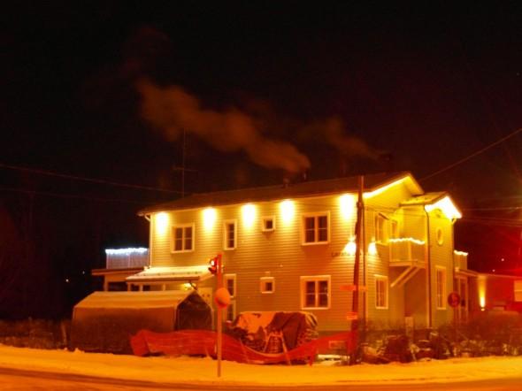 Klo 06:35, lämpötila ulkona -16C ja sisällä +23C. Rauhallista ja kaunista. Ei ristin sielua missään. Tuli palaa saunan pesässä ja olohuoneen isossa Tiilerin takassa, josta tulee keskellä olevan savupiipun kautta hiukan tuhdimmat savut.