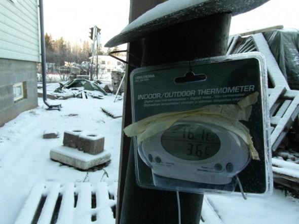 Pumppaamolla oleva mittari näyttää lämpötilaksi -16,1C metrin korkeudella maasta ja +3,6C ehkä puolisen metriä maan pinnan alla (sen verran mitä ulkomittarissa johtoa riittää). Eikä tässä kohtaa ole mitään lämmitystä, pumppaamo vaan ei jäädy koskaan.