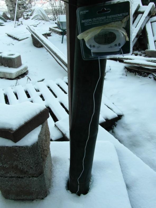 Toinen lämpötiloista eli muutaman asteen plussalla oleva lämpötila on mitattu johdon pätkällä, joka roikkuu vapaana pumppaamon kuilussa.