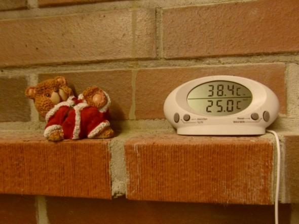 Lämpötila klo 17:00 loppiaisena Tiilerin isossa takassa. 3500kg massa on edelleen yläosistaan +38,4C ja alaosastaan +25C. Huonelämpötila on edelleen +23C niin kuin oli aamullakin, kun poltin pari pesällistä puista. Nyt piti viritellä takkaa uudestaan, mutta sisälämpötilat on niin korkealla, että parempi jos ei takkaa nyt vielä käytä ollenkaan. Lattialämmitys oli päällä viime yön, mutta tänään sekin on ollut pois päältä jo 10 tuntia. Lattia on mukavan lämmin edelleenkin. Kohta ajattelin yösähköllä laittaa lattialämmityksen taas päälle (tosin tänään loppiaisen pyhänä yösähköä on ollut koko päivän).