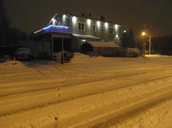 Yöllä oli satanut uutta lunta. Postilaatikon päällä näkyy noin 5 cm kerros. Kolatessa märkää suojalunta saa hyvää hyötyliikuntaa...