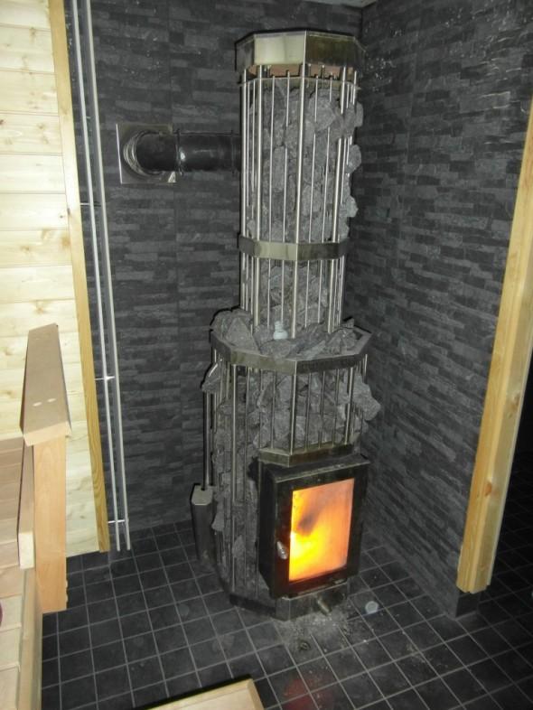 Tiilipiipun kaverina on Aurinkokiukaan Duo-250 yhdistelmäkiuas. Eli mitä jos kesällä talossa tulisi liian kuuma kun puukiuas lämmittää myös kaikkien kerrosten läpi kulkevan tiilipiipun? Tämän tilanteen varalta kiukaan voi lämmittää myös sähköllä, ja saunomisen jälkeen saunan ikkunan voi avata, jolloin liikalämmön saa kesäkaudella sitä kautta pois talosta, eikä tarvitse käyttää esim. ilmalämpöpumpun jäähdytystä talon jäähdyttämisen saunomisen jälkeen (tosin ei meillä tällä hetkellä mitään ilmalämpöpumppua vielä olekaan).