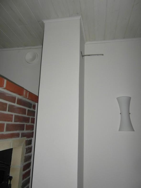 Takan päällä on ilmastoinnin tuloventtiili (kuvassa vasemmassa yläkulmassa). Keskellä kuvaa on Schiedelin Rondo valmispiippu. Lämmityksen näkövinkkelistä sillä ei tee mitään. Pintalämpötila ei koskaan nouse sen vertaa, että sen kädellä tuntisi, eli kaikki piippuun menevä savukaasun lämpö menee harakoille.