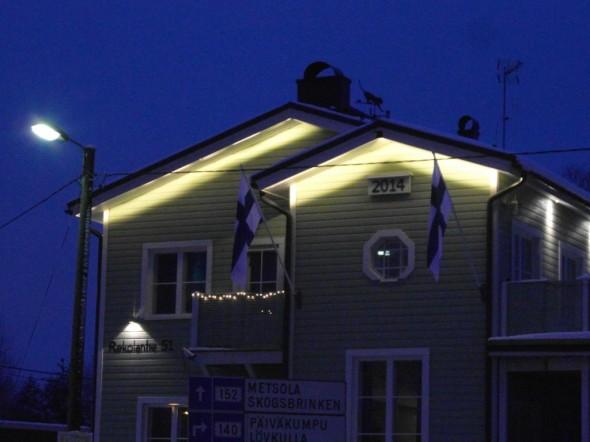 Hyvää Runebergin päivää! Näissä vinotangoissa on muuten monta hyvää ominaisuutta. Lippu asettuu kauniisti myös tyynellä ilmalla (nyt 5.2.2015 on pakkasta kolme astetta, itätuuli 1m/s eli ihan peilityyntä on). Näkyvyys on hyvä (suora tanko olisi pitänyt laittaa keskelle pihaa kahden ison talon väliin), ja jos lipun unohtaisi kokonaan laittaa, niin missään ei näy tyhjää tankoa törröttämässä, jos liputuspäivä olisi unohtunut. Ja jossain vaiheessa varmaan unohtuukin, tämä oli itselläni nyt toinen kerta itsenäisyyspäivän jälkeen, kun sai vetää lipun salkoon, ja vielä muistin - mutta jossain vaiheessa varmaan muisti pettää tai kiire yllättää aamulla.