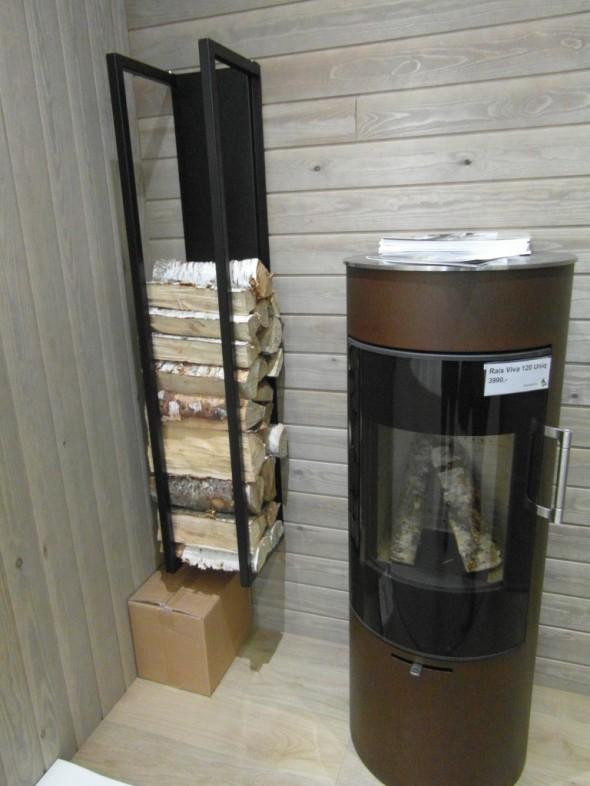 Polttopuu teline riittävän korkealla seinässä (saa helposti harjattua ja/tai imuroitua roskat alta pois).