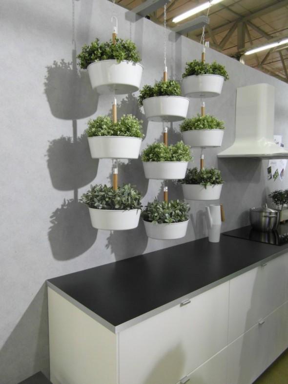 """Kukat voi asetella IKEA:n menetelmällä näinkin - yhden valkoisen """"kulhon"""" hinta muistaakseni 12,99€. Sopii ehkä keittiöön, tai sitten kesällä parvekkeelle näkösuojaksi? Oikein tuulisessa paikassa saattavat kyllä heilua aika lailla (tuli vaan tämän päivän säästä mieleen...)."""