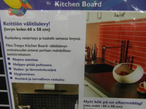 Helppohoitoisia välitilalevyjä keittiöön. Ja varsin pirteitä värivaihtoehtoja näytti olevan. Lika lähtee ihan vaikka sormen päällä pyyhkimällä, jotain muovilta tuntuvaa pintaa siis.