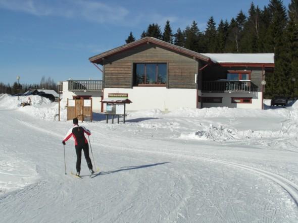 """Haanjan hiihtostadion Etelä-Virossa. Haanja on tunnettu mm. """"Munamäki"""" -nimisestä kukkulasta, joka on Viron korkein kohta. Tämän kuvan ottopaikalta matkaa Munamäelle ehkä noin puolisen kilometriä. Muitakin kukkuloita ja nyppylöitä riittää, joten murtomaahiihtäjälle tämä on aivan upeaa maastoa!"""