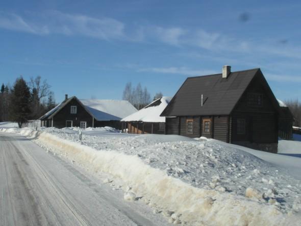 15.2.2015 lumihangen paksuus Viron Haanjalla on silmämääräisesti noin puolisen metriä. Tämä on Otepään lisäksi yksi lumisimpia paikkoja Virossa. Tänään samaan aikaan Otepään maastossa hiihdettiin Tartto-maraton noin 6000 hiihtäjän voimin, mikä tarkoitti myös useiden tuntien ruuhkia liikenteessä (näin ainakin paikallisradio kertoi, en viitsinyt mennä paikan päälle katsomaan). Samaan aikaan täällä toisessa hiihtokeskuksessa oli paljon rauhallisempaa, eikä ruuhkaa tien päällä.
