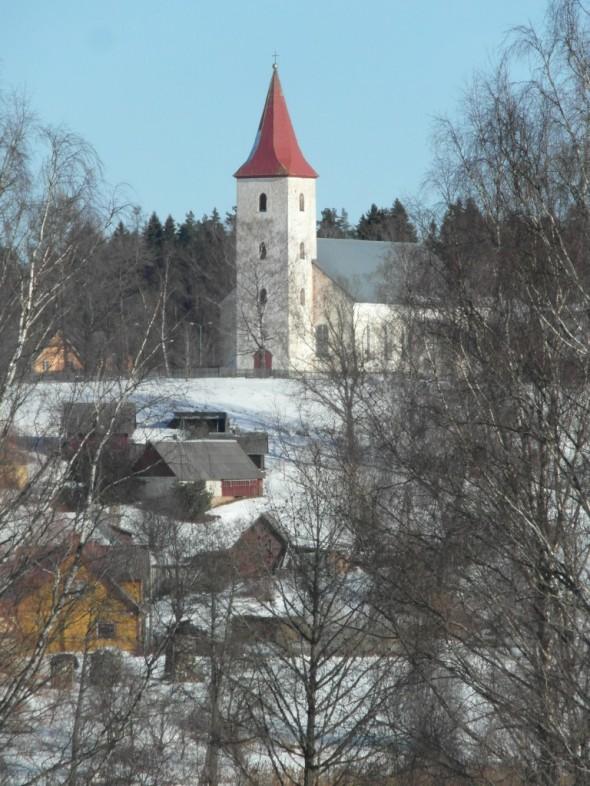 Rõugen kirkko. Rõuge on pieni kylä tai kunta Võru-Valga -maantien varressa. Aivan kylän keskustassa on kauniita järviä, laaksoja ja jyrkänteitä. Viimeinen jääkausi synnytti Võrumaan eteläosaan runsaasti järviä, laaksoja ja kukkuloita. 10 km pitkässä ja 52 metriä syvässä Rõugen muinaislaaksossa on 7 järveä: Kahrilajärv, Tõugjärv, Ratasjärv, Kaussjärv, Rõuge Suurjärv (joka muuten on Viron syvin järvi - syvyyttä 38 metriä), Liinjärv, Valgjärv. Järviä yhdistää Tindiorgista alkava Rõugen eli Ajon joki. Rõugen muinaislaakson sivulaaksot ovat Tindiorg, Külmorg, Mõhkorg, Ööbikuorg, Tinopeetrin laakso, Hinnin laakso, Sikasoon laakso ja Järveotsan laakso. Näistä kuuluisin ja muinaisen linnanmäen reunamilla sijaitseva 300 metrin pituinen ja 12-15 m syvyinen Ööbikuorg eli Satakielenlaakso.