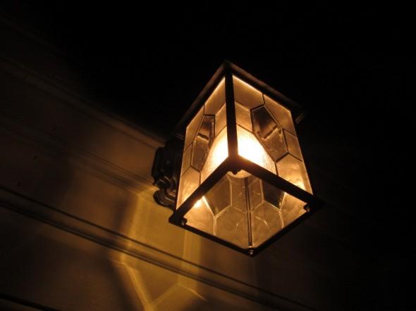"""Retrotyylinen ulkovalo, jossa palaa """"aito"""" 25W hehkulamppu."""