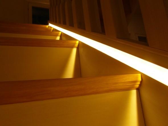 Lediä portaisiin. Tässä näkyvä valkoinen heijastusjuova tulee viistolta puupinnalta. Rappujen askelmien päissä on myös kaiverrettuna urat - näkyvät valokeilassa.
