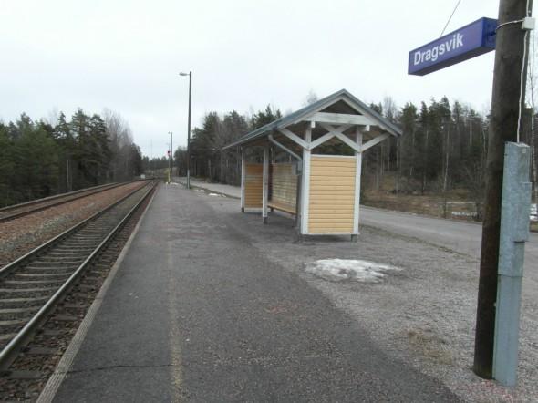 Dragsvikin seisake. Tästä alkoi oma armeijareissuni 6.8.2014, eli junasta pois hypätessä varuskunnan aliupseerit olivat jo asemalaiturilla vastassa. Siitä sitten lähdettiin muodostelmassa, joskin vielä siviilivaatteissa marssien varuskunta-alueelle.