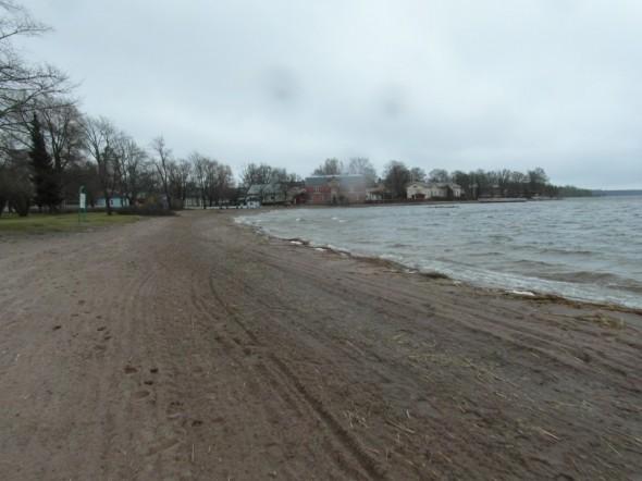 Kaupungin rantaa, jossa tuli joskus vähän lenkkeiltyäkin, eli nyt taas samalla lenkkipolulla pitkästä aikaa. Oli muuten eilen tosi kova tuuli, joten piti juosta lujaa, ettei tullut kylmä.