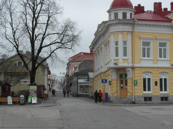 Torilta kuvaa, oikealla näkyy kaupungintalo.