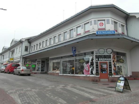 Optikko Kungsgatanin ja Långsgatanin kulmauksessa. Vai pitäisikö sanoa Kuninkaankadun ja Pitkäkadun kulmassa.