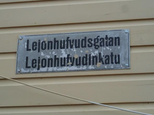 """Hauska esimerkki kadunnimien suomentamisesta. Mitä on """"Leijonanpäänkatu"""" suomeksi? No se on tietystikin """"Lejonhufvudinkatu"""", niin kuin kuvasta näkyy."""