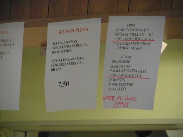 """Sujuu se suomenkieli pizzamiehiltäkin (olivat varmaan turkista lähtöisin, en kysynyt). Eli oikealla alhaalla lukee suomeksi, että """"huom! joudumme sulkemaan välillä tunitia klo 10:00-16:00 katolla remontin pahoittelemme asiakalle!"""" ja sitten jatkuukin jo sujuvasti ruotsiksi tussilla, että """"efter kl: 16:00 öppet""""."""
